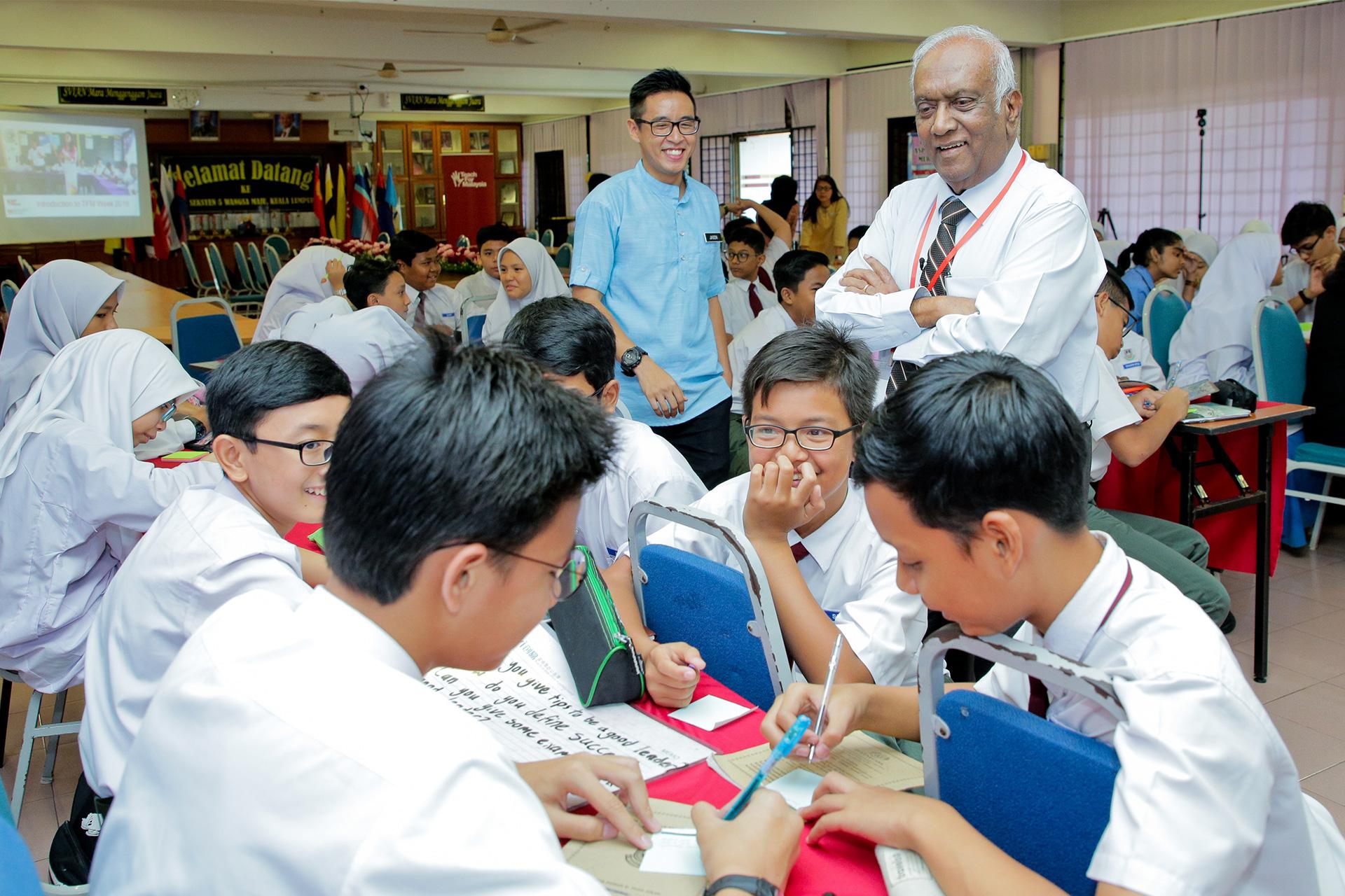 Jeffrey Cheah Foundation Trustee Tan Sri Ramon Navaratnam Teaches Students English
